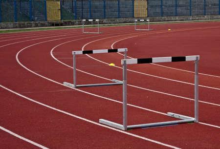 atletismo: estadio de atletismo y varios obstáculos en las líneas de atletismo