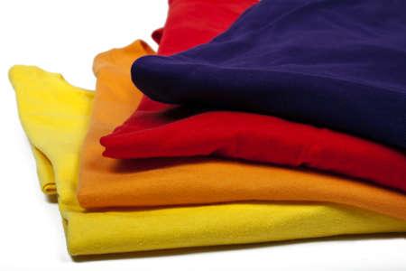 mehrere farbige T-hirts auf weißem Hintergrund