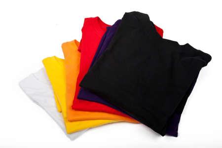 camisas: una pila de camisetas aislado sobre fondo blanco Foto de archivo