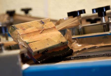 imprenta: la mano de la m�quina de serigraf�a con la hoja