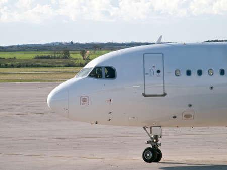 Passagierflugzeug auf dem Flughafen der Vorbereitung für den Start Standard-Bild