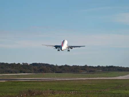 Passagierflugzeug Start - Rückansicht Editorial