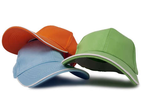 casquetes: tres gorras de b�isbol aisladas sobre fondo blanco