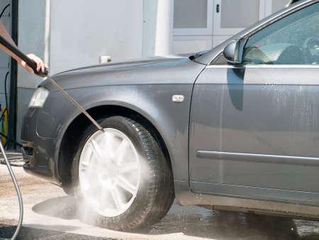 Autowäsche mit Hochdruck-Wasserstrahl