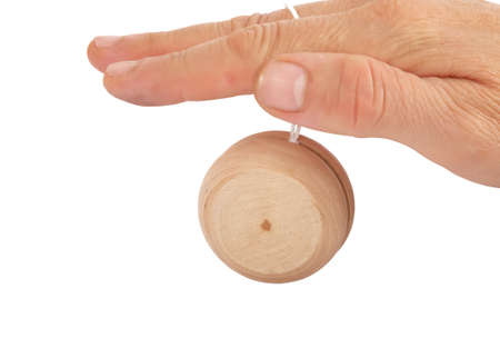 Nahaufnahme einer Hand spielen Jo-Jo über weißem Hintergrund