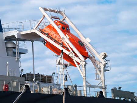 caida libre: naranja bote salvavidas de ca�da libre para la evacuaci�n de emergencia