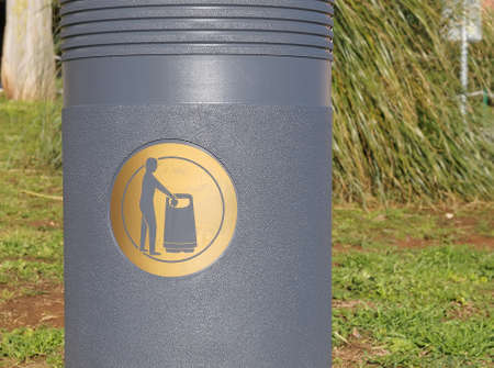cesto basura: etiqueta de signo de oro en gris cesta de la basura Foto de archivo