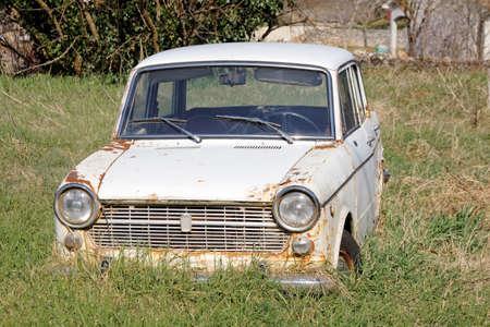 vehiculo antiguo: viejo coche abandonado en el patio
