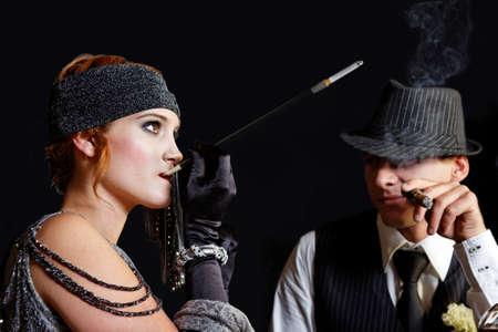 flapper: fumar chica de la aleta y g�ngster joven en el sombrero Foto de archivo