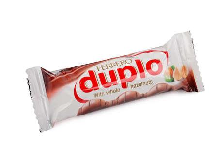 PULA, KROATIË - NOVEMBER 22, 2015: Duplochocoladereep die op witte achtergrond wordt geïsoleerd. Duplo-repen worden geproduceerd door Ferrero.