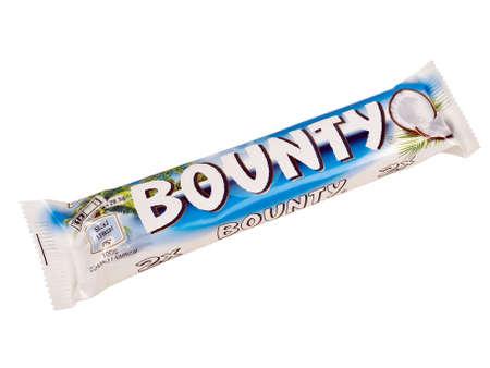 bounty: Pula, Croacia - ENEro 04, 2016: barra de chocolate Bounty. tiro del estudio, aislado sobre fondo blanco.