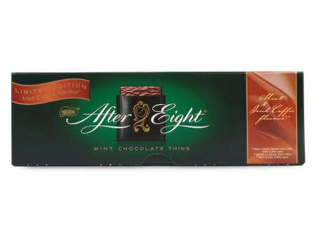 menta: Pula, Croacia - MARZO 15 de, 2016: Caja de Nestl� de After Eight menta chocolate adelgaza sobre fondo blanco. Establecido en 1962, tras ocho es reconocida como la marca l�der de chocolate de menta. Editorial