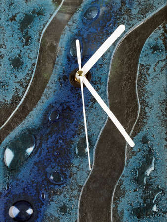 reloj pared: abstract glass fusion wall clock with white pointers Foto de archivo