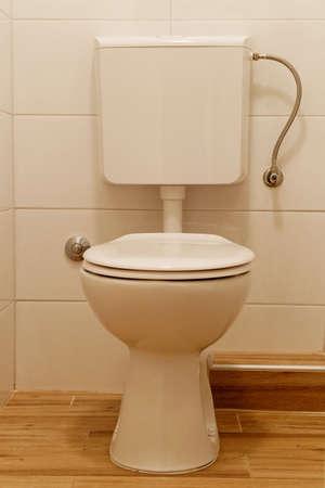 aljibe: blanco inodoro y cisterna del inodoro