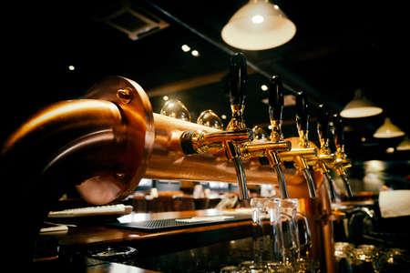 Oro rubinetti birra lucidi in bar birra Archivio Fotografico - 69800501