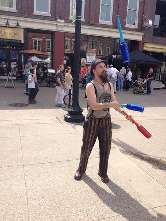 テネシー州ノックスビルの市場広場の大道芸人