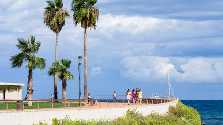 People relaxing in the park at coast of Cote dAzur 新聞圖片