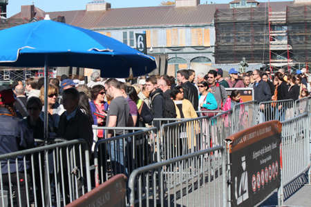 liberty island: Persone in attesa di imbarcarsi sul traghetto per Liberty Island, New York