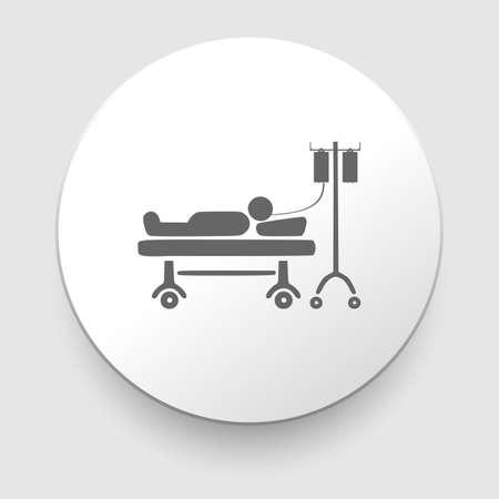 Hombre descansando en la cama del hospital con una solución salina intravenosa