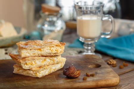 Blatterteig Pflaumenkuchen Mit Puderzucker In Der Kuche Mit Tee Und