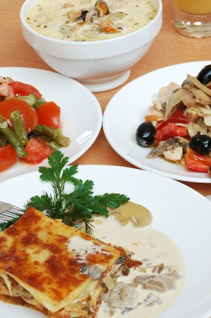 Stilleven van gerechten op een tafel in cafe