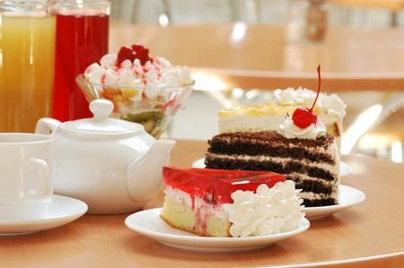 Stilleven met dranken en desserts op een tafel in cafe Stockfoto