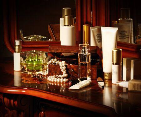 veel cosmetica flessen op een tafel