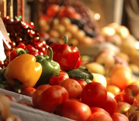 Een foto van verse tomaten, paprika en andere groenten