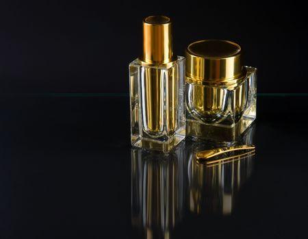 Twee luxe goud flessen met slagroom