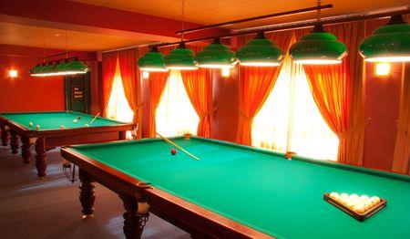 Intérieur d'un club de billard tables éclairées de lumières