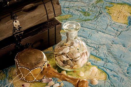 mariene stilleven met zee schelpen en kisten Stockfoto