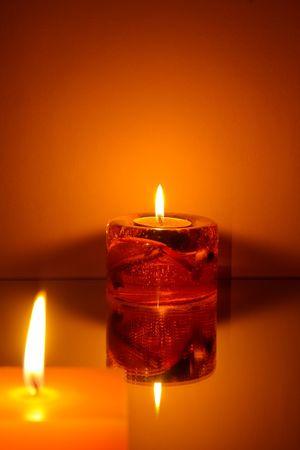 Twee kaarsen op oranje achtergrond Stockfoto