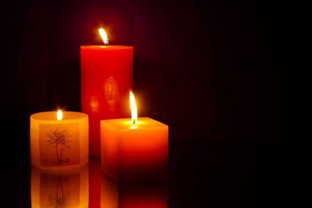 Drie kaarsen op blauwe achtergrond