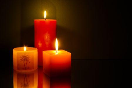 Drie kaarsen op groene achtergrond Stockfoto
