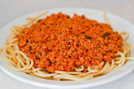 spaghetti bolognese op wit