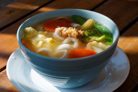 Beeld van Aziatische groente noodle soep in een witte plaat Stockfoto