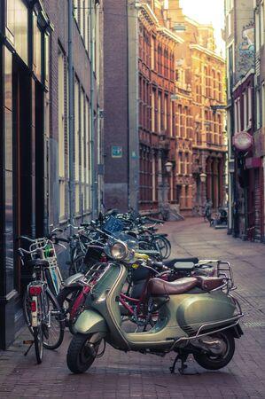 Bromfiets geparkeerd op een straat in Amsterdam Redactioneel