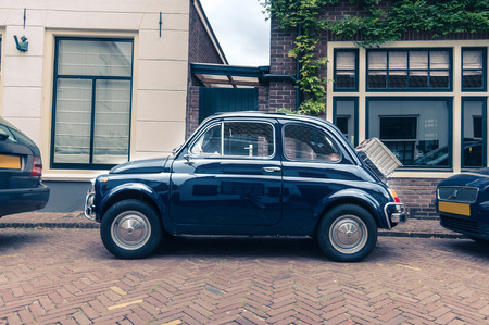 Geparkeerde retro auto op de straat in Europa