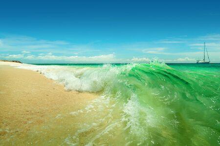 Een zee landschap met turquoise golven en jacht Stockfoto