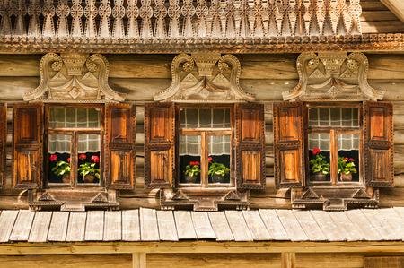 Foto van traditionele Russische houten gebouw met drie ramen in Veliky Novgorod