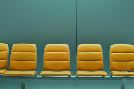 Rij van lege stoelen op de luchthaven wachtruimte