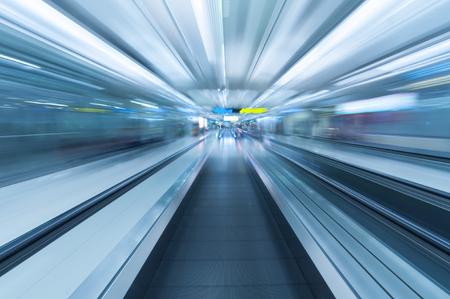 Moderne metal travelator bewegen binnen luchthaven