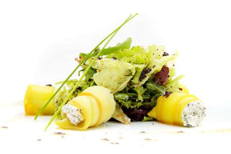 ensalada cesar: sabroso plato de queso sobre un fondo blanco Foto de archivo