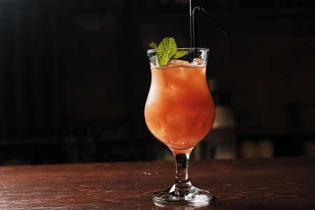 Cóctel alcohólico a base de ginebra, cereza, naranja y licor Benediktin, granadina, piña y jugo de limón con la adición de amargo.
