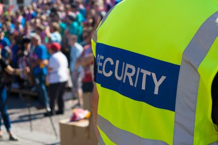 Een security officer bij het concert