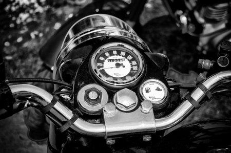 enfield: La moto cruscotto Royal Enfield bullet 500 in bianco e nero, La mostra oldtimer in MAFZ 26 maggio 2012 in Paaren im Glien, Germania