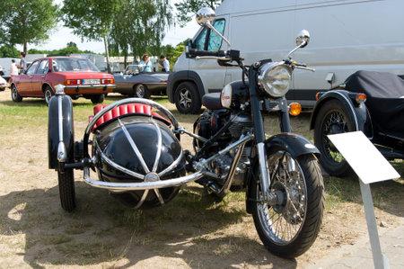 enfield: La moto con sidecar Royal Enfield bullet 500, La mostra oldtimer in MAFZ, 26 maggio 2012 in Paaren im Glien, Germania