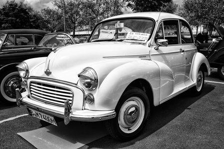 morris: BERLINO - 11 maggio: un'utilitaria Morris Minor 1000 (bianco e nero), 26 Oldtimer-Tage Berlin-Brandenburg, 11 maggio 2013 a Berlino, Germania