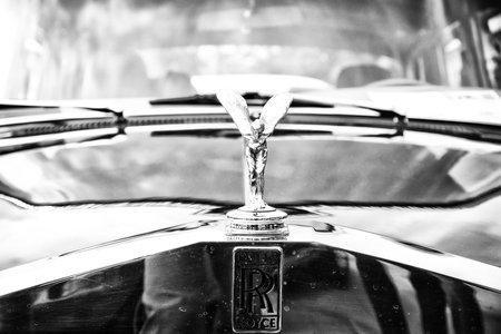 extase: BERLIJN - 11 mei: Het embleem van Rolls-Royce, Spirit of Ecstasy (Zwart-wit), 26 Oldtimer-Tage Berlin-Brandenburg, 11 mei 2013 in Berlijn, Duitsland Redactioneel