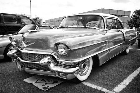 BERLIJN - 11 mei: Auto Cadillac Series 62 Coupe de Ville, 1950 (zwart-wit), 26 Oldtimer-Tage Berlin-Brandenburg, 11 mei 2013 in Berlijn, Duitsland Redactioneel
